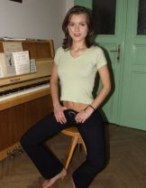 Young – Amateur – Small pianist – slim brunette strips