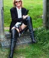 Fliss – black boots in the park