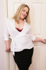 Tammy Oldham – robustly built filthy looking MILF